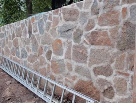 Mur av natursten